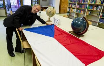Vexilolog Aleš Brožek ukazuje českou vlajku 14. února 2020 v knihovně v Ústí nad Labem. Česká vlajka 30. března oslaví 100 let od svého vzniku.