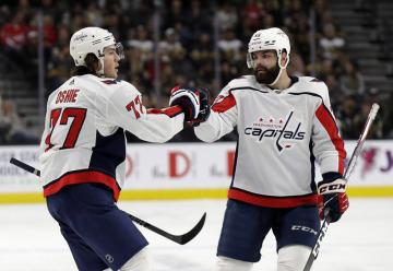 Hokejista Washingtonu Capitals T.J. Oshie (vlevo) přijímá gratulaci od spoluhráče Radka Gudase ke vsému gólu.