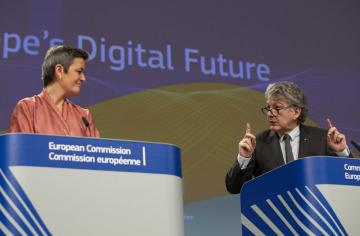 Místopředsedkyně Evropské komise pro digitální agendu Margrethe Vestagerová a komisař pro jednotný trh Thierry Breton.