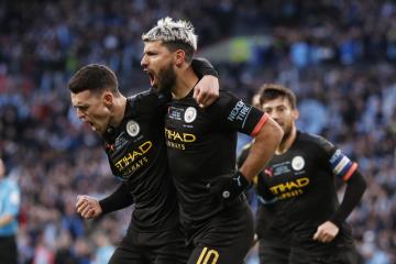 Fotbalisté Manchesteru City Sergio Agüero (vpravo) a Phil Foden se radují z gólu ve finále anglického Ligového poháru s Aston Villou.