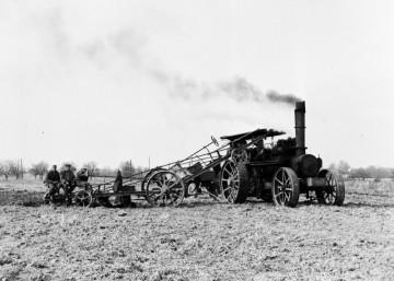 Parní oračka Libuše (na nedatovaném snímku) letos slaví 115 let. Převratný vynález ve druhé polovině 19. století umožnil strojní lanovou orbu. Parní oračky popojížděly po okrajích pole a mezi sebou si na laně přetahovaly pluh.