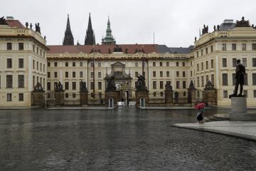 Ilustrační foto - Liduprázdné náměstí u Pražského hradu.