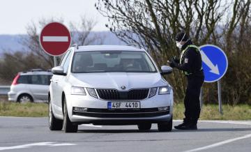 Policisté kontrolovali 16. března 2020 vozidla projíždějící přes kontrolní bod u sjezdu na 253. kilometru dálnice D35 u obce Litovel - Unčovice na Olomoucku. Oblast Litovle, Uničova a okolních obcí je uzavřena od tří hodin ráno kvůli zvýšenému výskytu nákazy koronavirem.