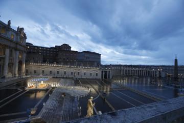 Prázdné náměstí sv. Petra ve Vatikánu během papežova požehnání Urbi et Orbi 27. března 2020.