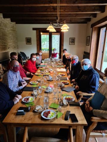 Prezident Miloš Zeman jednal 4. dubna 2020 na zámku v Lánech se svým poradním týmem o situaci kolem koronaviru. Zemanův mluvčí Jiří Ovčáček následně umístil na twitter fotografii, na které účastníci sedí v rouškách okolo stolu a před sebou mají talíře s pohoštěním. Na členy skupiny se vzápětí snesla kritika, která jim vyčítala nedostatečné rozestupy. Média se také začala dotazovat, jak mohli účastníci jednání s rouškami jíst.