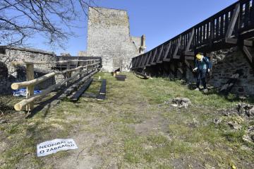 Zřícenina hradu Cornštejn v Bítově na Znojemsku na snímku pořízeném 6. dubna 2020. Jihomoravské muzeum, které zříceninu spravuje, původně plánovalo otevřít památku veřejnosti od května. Nyní ale čeká, jak se vyvine situace s restrikcemi kvůli šíření nemoci covid-19.