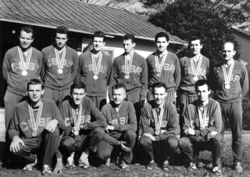 Tým volejbalistů, který na OH 1964 získal stříbrnou medaili. Boris Perušič nahoře uprostřed.