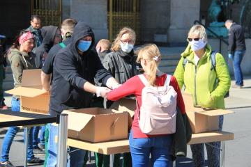 Před drážďanskou radnicí se rozdávaly 20. dubna 2020 ochranné roušky. Od téhož dne v Sasku platí kvůli koronaviru povinnost nosit je v obchodech a prostředcích veřejné dopravy.