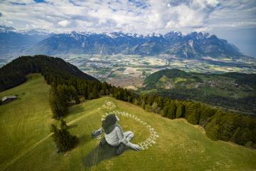 Obří malba z křídy a uhlu na trávu francouzského umělce Saypeho s názvem Po krizi je k vidění od 26. dubna 2020 v alpském středisku Leysin ve Švýcarsku.