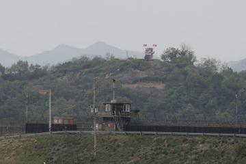 Vojenské strážní věže Jižní Koreje (dole) a KLDR (nahoře) poblíž pohraniční vesnice Padžu v jižní Koreji na snímku z 3. května 2020.