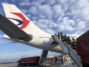 V Praze 3. května 2020 ráno přistálo poslední letadlo se zdravotnickým materiálem, který v Číně nakoupilo a do Česka prostřednictvím leteckého mostu dopravilo ministerstvo vnitra. ČTK to řekl mluvčí hasičského záchranného sboru ČR Rudolf Kramář.