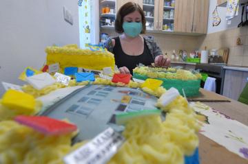 Romana Damborská z Mariánských Lázní zdobí 7. května 2020 dort pro vojáky, kteří vypomáhají v místní nemocnici. Vyučená cukrářka peče od začátku epidemie koronaviru dorty jako poděkování pro pracovníky v první linii.