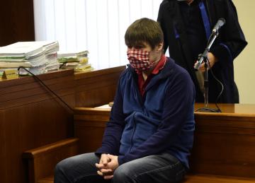 Vrchní soud v Olomouci se 20. května 2020 zabýval podvodem s fotovoltaickou elektrárnou FVE SUN VIK 2 v Chomutově. Elektrárna podle obžaloby získala dvacetiletou licenci na prodej elektřiny v závěru roku 2010, což jí zajistilo zhruba o polovinu vyšší výkupní cenu, než by byla v roce 2011. Podle žalobce ale nebyla dostavěná. Na snímku je jeden z obžalovaných, revizní technik Jaroslav Bruna.
