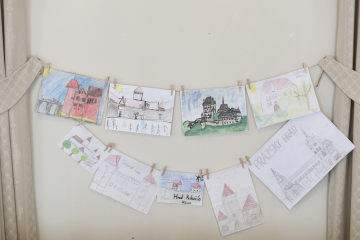 Obrázky českých hradů nakreslené dětmi během nouzového stavu vystavené na tiskové konferenci, kterou Národní památkový ústav uspořádal 20. května 2020 v Praze k přijatým opatřením v souvislosti s koronavirovou epidemií a k zahájení hlavní návštěvnické sezony.