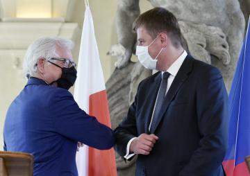 Zleva polský ministr zahraničí Jacek Czaputowicz a český ministr zahraničí Tomáš Petříček se zdraví na závěr tiskové konference, na které vystoupili 27. května 2020 v Praze.