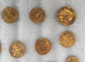 Nalezené zlaté mince z oblasti Hostýnských vrchů, nejstarší z nich pocházejí z první třetiny 16. století (na snímku z 29. května 2020).