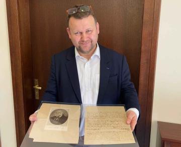 Ředitel Národní knihovny Martin Kocanda 3. června 2020 ukazuje originál dopisu, který Franz Xaver Wolfgang Mozart napsal svému otci hudebnímu skladateli Wolfgangu Amadeovi Mozartovi. Vlastnoručně psaný dopis s datem 12. srpna 1842, který byl dosud v majetku rodiny malíře, grafika a ilustrátora Vojtěcha Kubašty, rozšíří sbírky Národní knihovny.