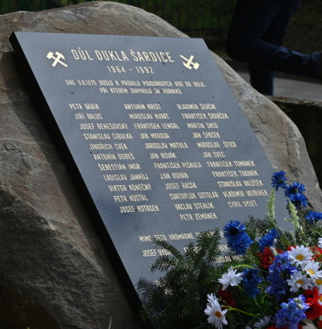 Slavnostní odhalení památníku u příležitosti 50. výročí tragédie na dole Dukla se konalo 6. června 2020 v Šardicích na Hodonínsku. Při neštěstí v roce 1970 v dole zahynulo 34 horníků.
