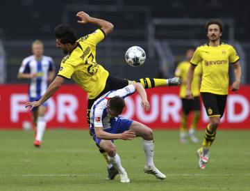 Fotbalista Dortmundu Emre Can (vlevo) a Vladimír Darida z Herthy Berlín v utkání německé ligy,   6. června 2020.