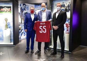 Zleva předseda Fotbalové asociace ČR Martin Malík, internacionál Jan Koller a generální sekretář FAČR Jan Pauly se 9. června 2020 v Praze zúčastnili uvedení Kollera do Síně slávy českého fotbalu.