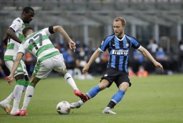 Fotbalista Interu Milán Christian Eriksen (vpravo) a Mert Muldur (uprostřed) ze Sassuola v utkání 27. kola italské ligy.