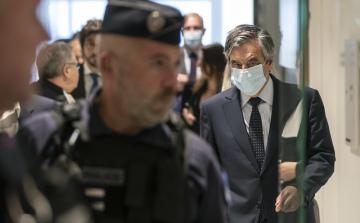 Bývalý francouzský premiér François Fillon v roušce u soudu v Paříži, 29. června 2020.