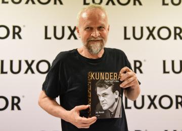 Jan Novák uvedl 29. června 2020 v Praze svou knihu Kundera: Český život a doba.