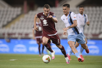 Fotbalista Turína Andrea Belotti (vlevo) a Patric z Lazia Řím v utkání 29. kola italské ligy.