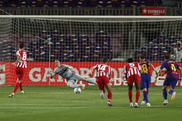 Fotbalista Atlética Madrid Saul střílí gól z penalty v utkání 33. kola španělské ligy.