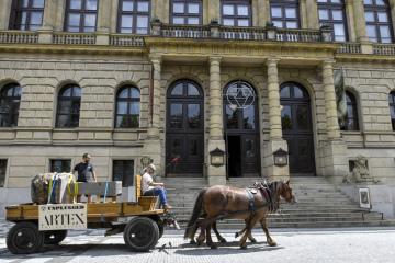 Koňské dvojspřeží přepravilo 2. července 2020 centrem Prahy rozměrné kamenné dílo českého umělce Tomáše Moravce z jeho holešovického ateliéru na nadcházející mezinárodní skupinovou výstavu UNPLUGGED, která se v Galerii Rudolfinum otevře 13. srpna a potrvá do 29. listopadu 2020.