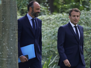 Francouzský prezident Emmanuel Macron (vpravo) a premiér Edouard Philippe.