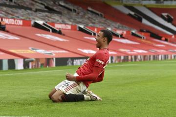 Fotbalista Manchesteru United Mason Greenwood se raduje z gólu.