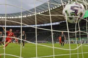 Utkání finále fotbalového Německého poháru Bayern Mnichov - Leverkusen. Thomas Müller (vlevo) z Mnichova se raduje z gólu svého týmu.