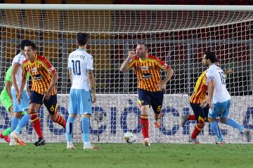 Fotbalista Lecce Fabio Lucioni (třetí zprava) se raduje z gólu v utkání 31. kola italské ligy s Laziem Řím.