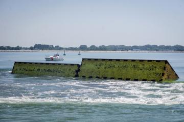 Pohyblivé protipovodňové bariéry se zvedají z moře během jejich testování u italských Benátek, 10. července 2020.