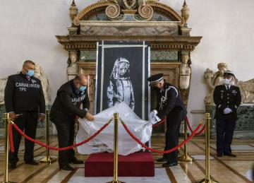 Itálie dnes oficiálně vrátila Francii graffiti připisované britskému streetartovému umělci Banksymu, které loni zloději ukradli z pařížského klubu Bataclan a které se minulý měsíc našlo ve střední Itálii. Po slavnostním ceremoniálu na ambasádě v Římě u příležitosti francouzského státního svátku se má dílo namalované jako pieta obětem teroristického útoku v Bataclanu vrátit do země původu.