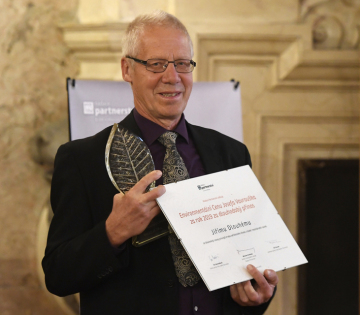 Kybernetik Jiří Dlouhý převzal 16. července 2020 v Praze Cenu Josefa Vavrouška za dlouhodobý přínos za dlouholetý rozvoj principů trvale udržitelného života v české i mezinárodní rovině.