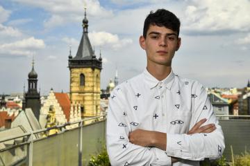 Herec Josef Trojan pózuje 20. července 2020 v Praze fotografovi České tiskové kanceláře (ČTK) po rozhovoru k filmu Šarlatán, ve kterém hraje mladší verzi role svého otce Ivana Trojana.