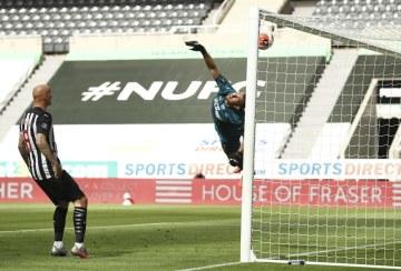 Brankář Newcastlu Martin Dúbravka inkasuje gól od fotbalisty Liverpoolu Virgila van Dijka (není na snímku).