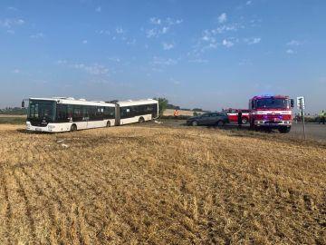 U Sedlce poblíž Prahy 8. srpna 2020 ráno havaroval autobus, čtyři lidé mají lehká zranění. Další dva cestující utrpěli šok a skončili v péči posttraumatického týmu. Vůz po nehodě zůstal v poli.