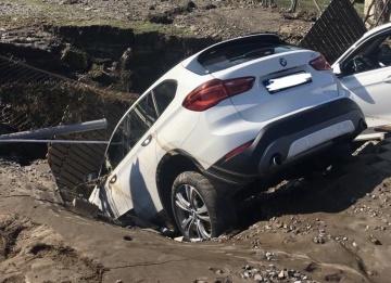 V Dolních Počernicích v Praze se 8. srpna 2020 propadly dva zaparkované automobily do kaverny, kterou vytvořila voda z prasklé přivaděče z káranské vodárny do Prahy.