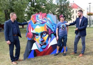 Teplický primátor Hynek Hanza (vlevo) a jeho náměstek Jiří Štábl (vpravo) převzali 18. srpna 2020 tři exempláře díla výtvarníka Kamila Vacka (uprostřed) s vyobrazením portrétu hudebního skladatele Ludwiga van Beethovena, který se narodil před 250 lety a v Teplicích pobýval. Instalace zdobí park za Domem kultury.