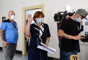 Hlavní hygienička Jarmila Rážová (uprostřed) přichází na neformální setkání s týmem takzvané chytré karantény 24. srpna 2020 v Praze.
