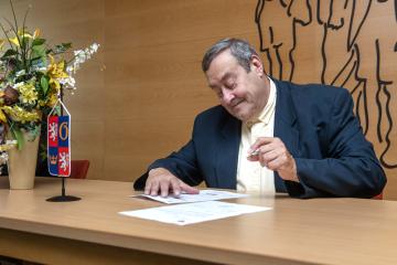 Bývalý komorník Freddieho Mercuryho Peter Freestone se po dvaceti letech života v České republice stal českým občanem. Listinu o státním občanství si převzal 25. srpna 2020 na Krajském úřadě v Hradci Králové.