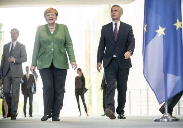 Generální tajemník NATO Jens Stoltenberg (vpravo) a německá kancléřka Angela Merkelová.