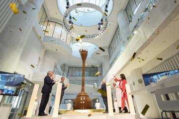 Výrobce čokolády Lindt & Sprüngli představil 10. září 2020 ve švýcarském Kilchbergu devítimetrovou čokoládovou fontánu. Zleva stojí předseda představenstva Lindt & Sprüngli Ernst Tanner, tenista Roger Federer a švýcarský ministr financí Ueli Maurer.