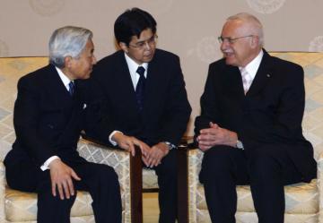 Český prezident Václav Klaus (vpravo) se 14. února 2007 během návštěvy Japonska setkal s císařem Akihitem (vlevo).