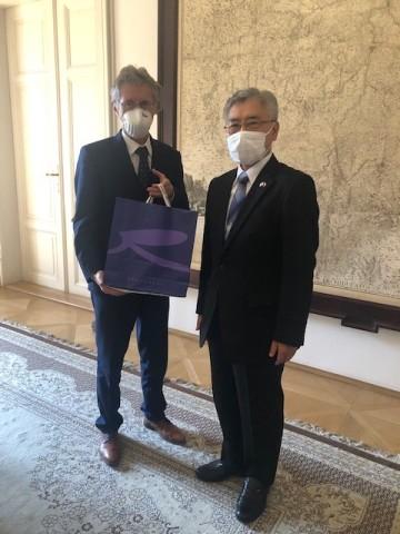 Japonský velvyslanec v Česku Kaoru Šimazaki (vpravo) a předseda Senátu Miloš Vystrčil.