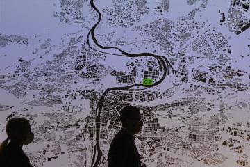 Návštěvníci přicházejí 22. září 2020 do Centra architektury a městského plánování (CAMP) v Praze na tiskovou konferenci k zahájení výstavy s názvem Praha zítra? Pražské priority.