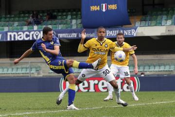 Fotbalista Verony Andrea Favilli (vlevo) střílí gól v utkání italské ligy s Udine.